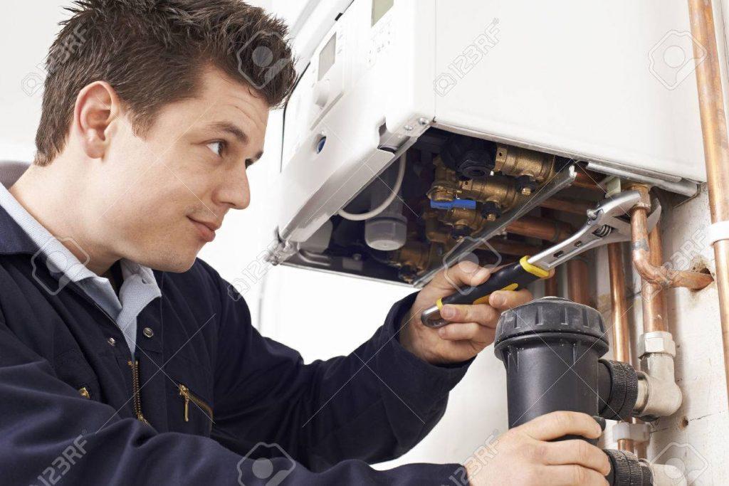 Bu görsel boş bir alt niteliğe sahip; dosya adı 58983989-male-plumber-working-on-central-heating-boiler-1024x683.jpg